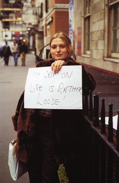ジリアン・ウェアリング 《自分の人生つかみきれない!》 「誰かがあなたに言わせたがっていることじゃなくて、あなたが彼らに言わせてみたいことのサイン」シリーズより 1992–1993年 Cプリント、アルミニウム板 44.5 x 29.7 cm Courtesy: Maureen Paley, London:「カタストロフと美術のちから展」森美術館
