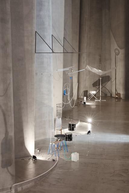 《モレモレ:ヴァリエーション #1》2017‒18年  「Sensory Agents」2018年  ゴヴェット・ブリュスター・アート・ギャラリー/レン・ライ・センター(ニュープリマス) Photo courtesy Govett-Brewster Art Gallery/Len Lye Centre(参考画像) : 「毛利悠子 ただし抵抗はあるものとする」十和田市現代美術館