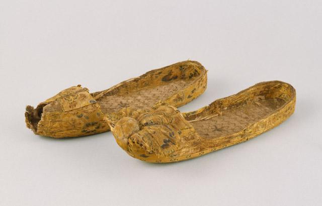 繡線鞋(ぬいのせんがい)(その 1):「第 70 回正倉院展」奈良国立博物館 会期「10月27日~11月12日」