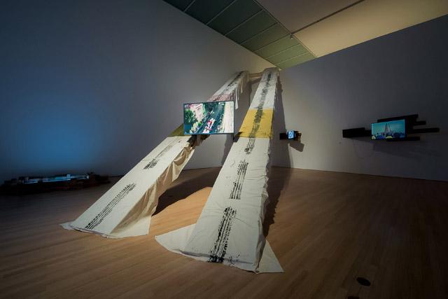 加藤 翼《Pass Between Magnetic Tea Party》2015 Courtesy of Toyota Municipal Museum of Art and MUJIN-TO Production:「未来を担う美術家たち 21st DOMANI・明日展 文化庁新進芸術家海外研修制度の成果」国立新美術館