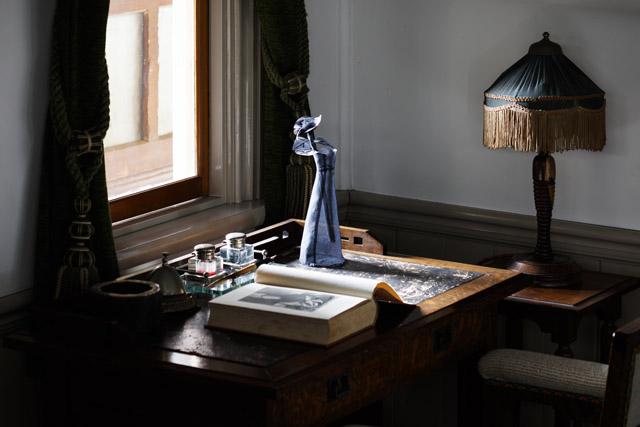 碓井ゆい《shadow work》2012-16|オーガンジー・刺繍糸|撮影:木暮伸也:ALLNIGHT HAPS 2018 後期「信仰」東山 アーティスツ・プレイスメント・サービス(HAPS)