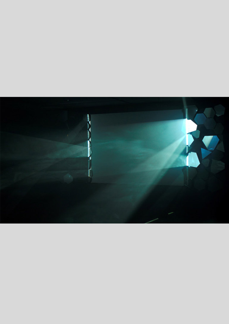 《Silver Screen》2012 年、映像(20 分/白黒)、鏡、プロジェクター、PC 展示風景:ニューアート展 NEXT 2012 動く絵、描かれる時間:Phantasmagoria、横浜市民ギャラリー  ©SHIMURAbros:SHIMURAbros「Film Without Film 映画なしの映画」展 ポーラ美術館