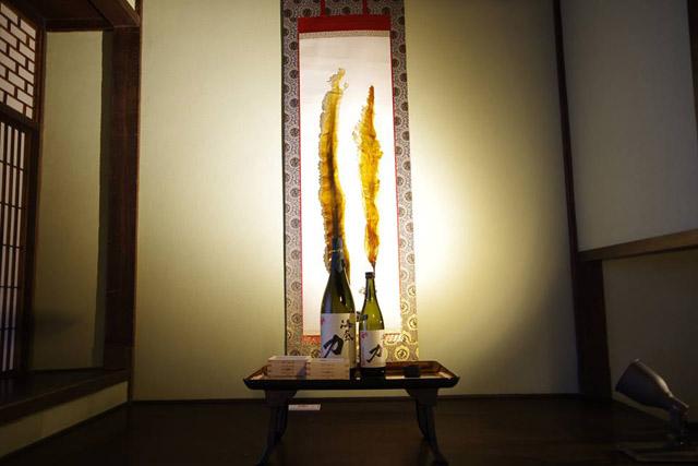 床の間には、コンブの掛け軸と合わせて日本酒「海底力」を展示:「自然史博物館が仕かける 「Where culture meets nature」展」赤坂志乃