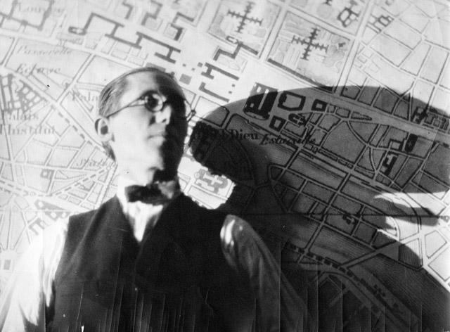 「ヴォワザン計画」図面の前のル・コルビュジエ 1926年 ©FLC