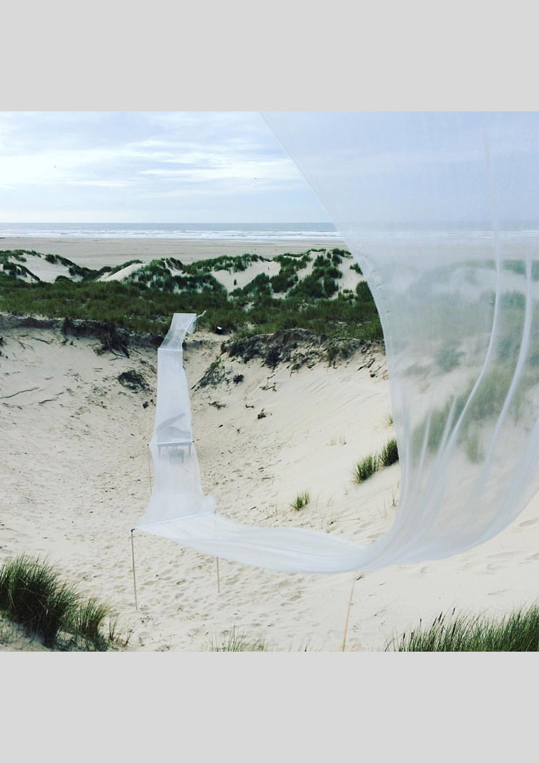 Installation performance Woman in the Dunes, Oerol Festival 2016, Terschelling, the Netherlands|2016|©Tomoko Mukaiyama:「ピアニスト」 向井山朋子展 銀座メゾンエルメス フォーラム