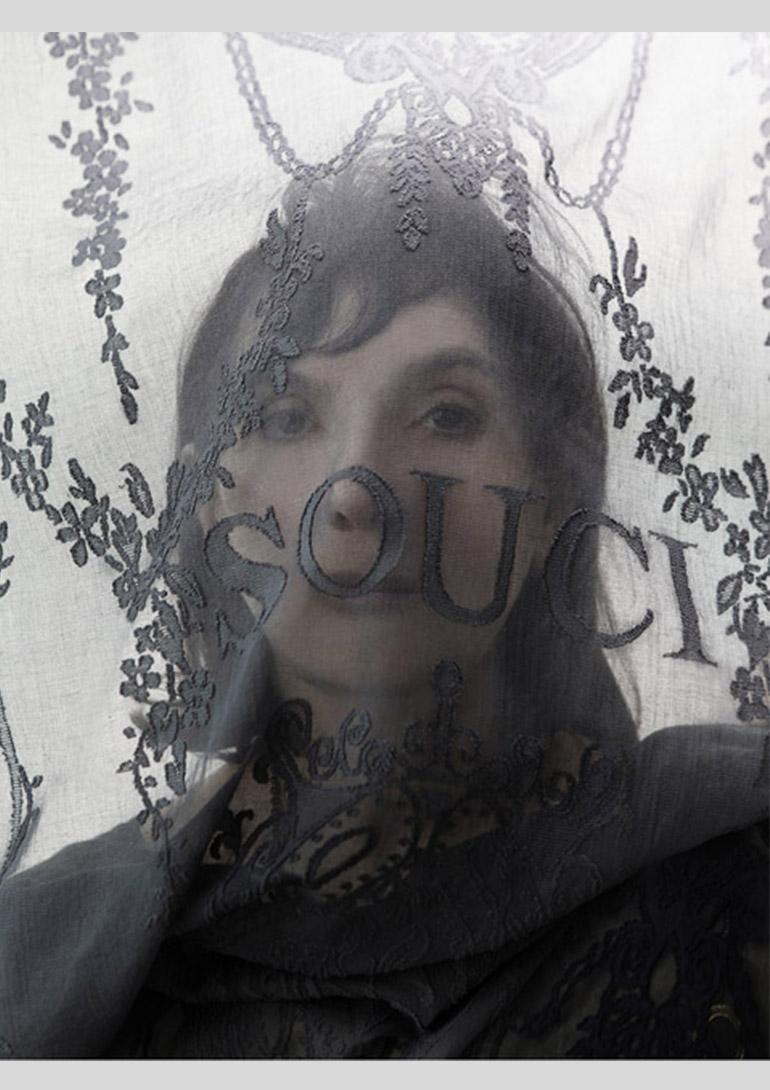 ソフィ カル ポートレイト Photo:Jean-Baptiste Mondino:「ソフィ カル  ― 限局性激痛」原美術館コレクションより 原美術館
