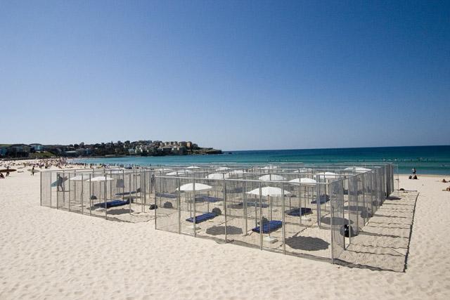 グレゴール・シュナイダー [参考作品]《ボンディ・ビーチ、21のビーチ・セル》  2007年 金網、マットレス、日傘、ゴミ袋 © Gregor Schneider / VG Bild-Kunst Bonn