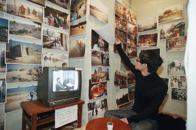 個展「それでも、ワールドカップ」(渋谷の古書店・東塔堂で、東京)2010年 ©️ Ryudai Takano Courtesy of Yumiko Chiba Associates, Zeit-Foto Salon