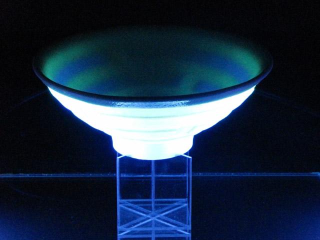 輝器KAGAYAKI-光碗 Light Bowl  7×16×16cm  ミクスドメディア 信楽透土、蛍光材、蓄光材、ブラックライト、アクリル板 作品外部には、蛍光顔料が焼き付けてあり、ブラックライトを浴びることにより発光する。また一部蓄光顔料が焼き付けてあり、ブラックライトを消しても光り続ける