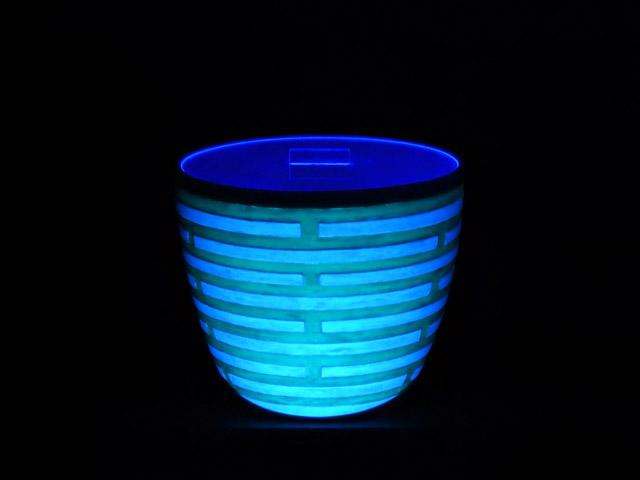 輝器KAGAYAKI-水指 17×20.5×20.5㎝  ミクスドメディア 信楽透土、蛍光材、蓄光材、ブラックライト、アクリル板 撮影:藤井友樹