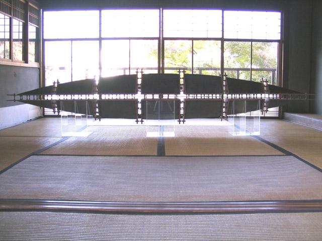 空(QOO)-近未来ノスタルジー 2007年 70×320×33cm ミクスドメディア 陶、ボルト、ナット BIWAKOビエンナーレ2007出展