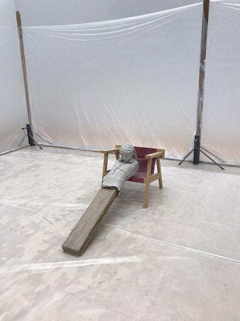 マーク・マンダース《Dry Figure on Chair(椅子の上の乾いた像)》(2011-15)