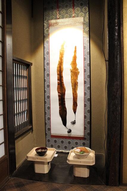 日本料理のだしにかかせない昆布の標本をあしらった雅な掛け軸