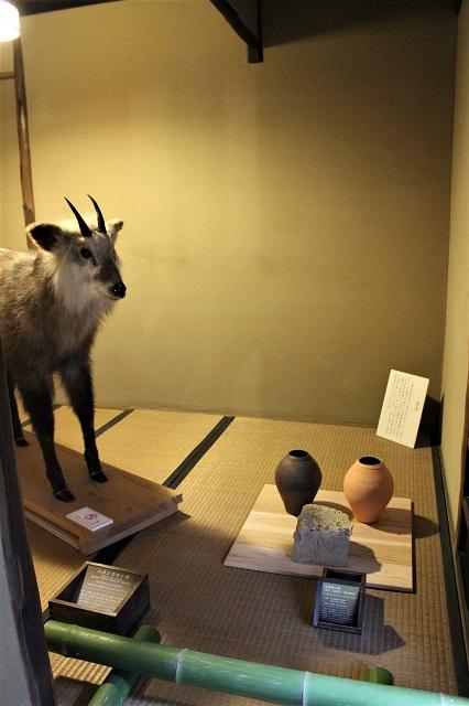 小堀遠州屋敷から移築された茶室では、「土の色」をテーマに展示