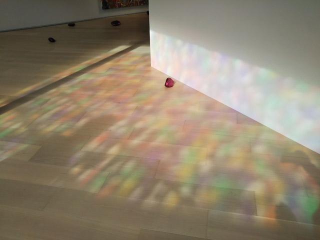 地上から差し込む光がカラフルに彩ります