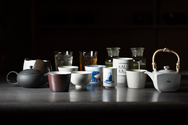 夜のバータイムは宿泊客以外も利用可能。薫り高い日本茶カクテルやコーヒー、ジャパニーズフィンガーフードをおためしあれ