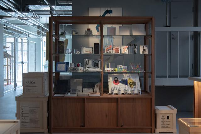 フロント横にあるスーベニアショップ「SHOWCASE」では、アートストレージ入居ギャラリーに所属するアーティストに関するプロダクトや書籍、作品等が手に入る