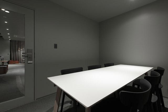 地下1階に設けられた個室の「MEETING ROOM」。6名まで利用できる