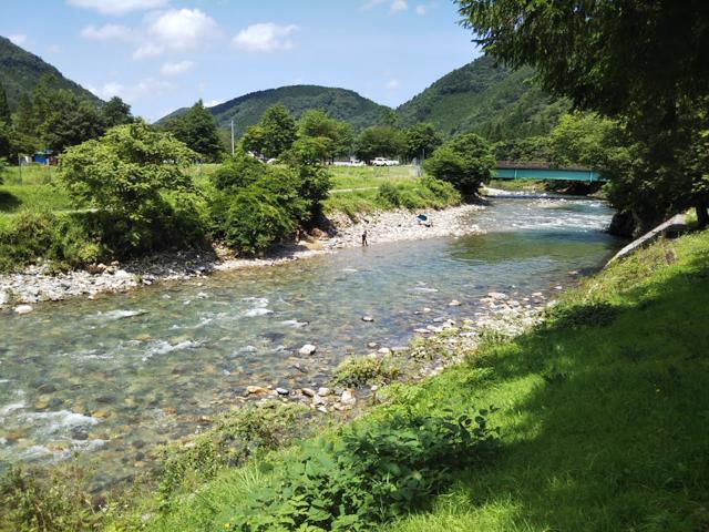 すぐ隣には清流、馬瀬川が流れています。