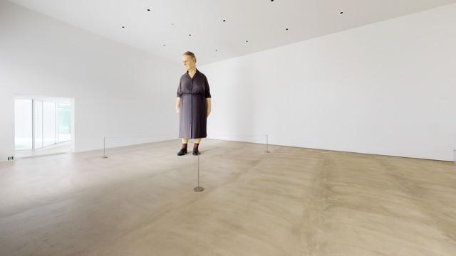 十和田市現代美術館ロン・ミュエク《スタンディング・ウーマン》